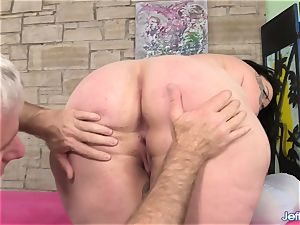A masseur Turns a rubdown into an climax Session for plumper Calista Roxxx