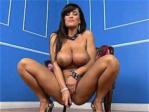uber-sexy Lisa Ann catapults her faux-cock deep in her humid fuckbox
