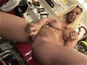 molten Devon Lee enjoys taunting her mouth-watering wet clit