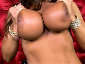 super-sexy Lisa Ann unveils her ample juicy bra-stuffers